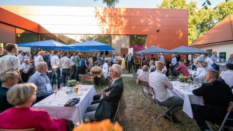 ILK-Vorstand Prof. Maik Gude begrüßt die Gäste der Feier 25 Jahre ILK