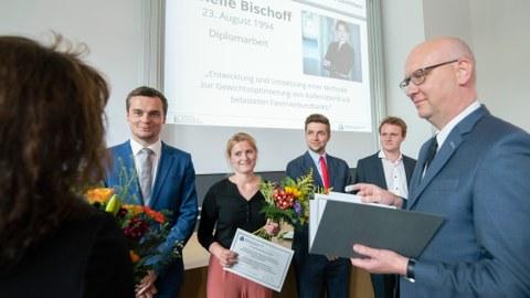 ILK-Vorstand Prof. Niels Modler zeichnet die vier Absolventen mit dem Preis des ACL e.V. aus.