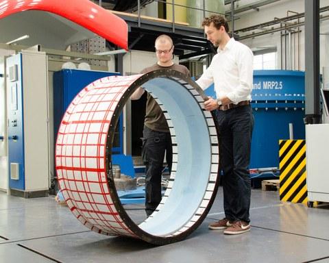 Aufnahme eines Berstschutzrings aus kohlenstofffaserverstärkten Kunststoffen.