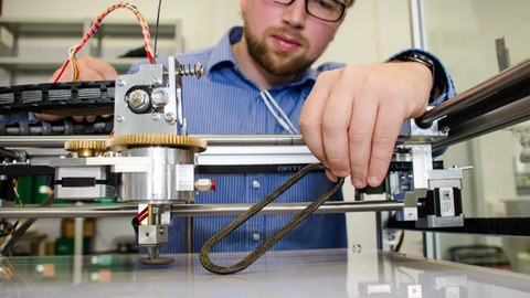 Wissenschaftler Dipl.-Ing. Arnd Struve arbeitet am 3D-Drucker im Innovationslabor für generative Fertigung am ILK.