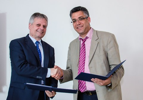 The signers of the cooperation agreement for the foundation of the Research Center Carbon Fibers Saxony, Prof. Jäger (ILK) and Prof. Cherif (ITM) shake hands.
