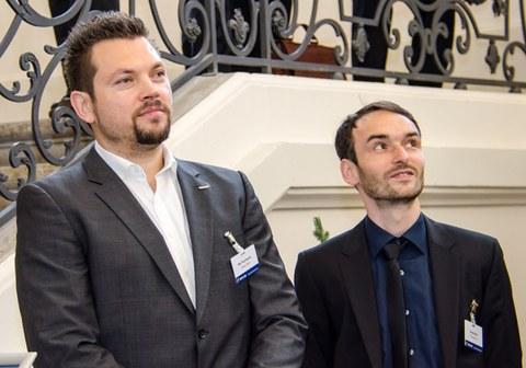 Designer Nils Poschwatta und Dipl.-Ing. Daniel Weck vom ILK bei der Präsentation des Funktionsintegrativen Fahrzeugsystemträgers.