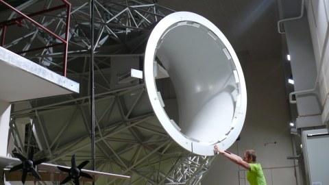 Die 2-m-Windkanaldüse in der Schwebe