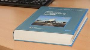 Handbuch der Luftfahzeugtechnik auf einen Schreibtisch