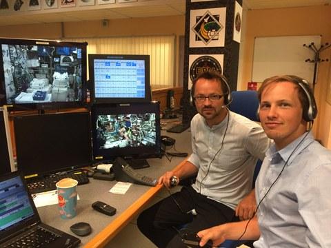 MetabolicSpace: Dr. Tino Schmiel und Georg Langer überwachen das Experiment an der Bodenstation