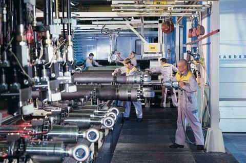 Mitarbeiter der Liebherr-Components Kirchdorf GmbH bei der Zylindermontage