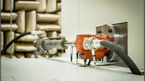 Geräuschmessung an einer Pumpe im Schallmessraum