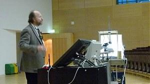 Professor in der Vorlesung am Pult