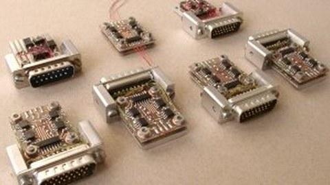 einzelne Elektronikmodule auf dem Tisch