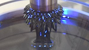 Ferrofluid-Igel Stacheln nah blau