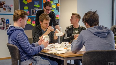 Studenten und Lehrpersonen beim Papier Prototypenbau