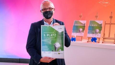 Prof. Majschak hält Urkunde zum 3. PLatz des Sächsischen Transferpreises