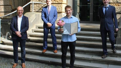 Foto. Übergabe des Teekannepreises. v.l.n.r Prof Majschak, Prof Kästner, Martin Guist  (Preisträger) und Prof. Wallmersperger