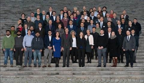 Foto mit allen Mitarbeiterinnen und Mitarbeitern vom Institut, aufgenommen 2019