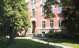 Das Foto zeigt den Eingang des Zeuner-Bau.