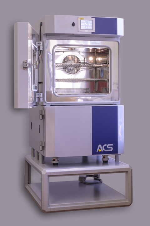 Das Foto zeigt einen Klimaprüfschrank mit geöffneter Tür.