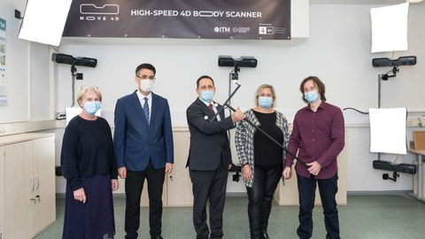 Foto von der Übergabe eines 4D Scanners an die Professur Montagetechnik für textile Produkte