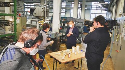 Foto mit Fernsehteam von ARD für Aufnahmen in der Textilmaschinenhalle des ITM