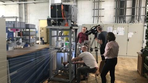 Foto mit Fernsehteam vom MDR RD für Aufnahmen in der Textilmaschinenhalle des ITM