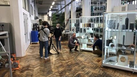 Foto mit Fernsehteam vom MDR für Aunahmen in der Textilmaschinenhalle des ITM