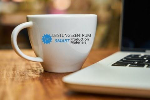 "Kaffetasse mit dem Logo des – Leistungszentrum »Smart Production and Materials"""