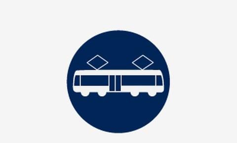 Grafik: ein weißes Symbolbild einer Straßenbahn in der Seitenansicht auf blauem runden Hintergrund