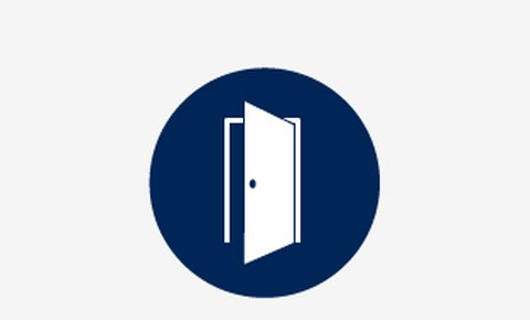 Grafik: ein weißes Symbolbild einer geöffneten Tür auf blauem runden Hintergrund