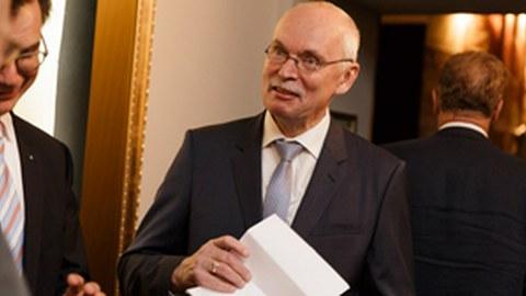 Foto: der Dekan Prof. Stelzer im Gespräch mit einem anderen Professor