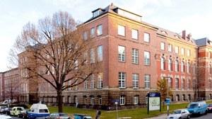 Foto vom Zeuner-Bau, dem Hauptgebäude der Fakultät Maschinenwesen, ein historisches Gebäude aus dem 19.JH.