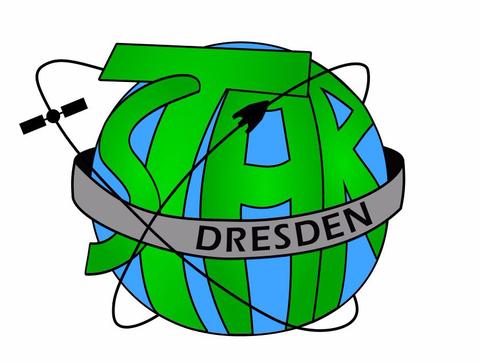 Das Logo der studentischen Arbeitsgruppe STAR, auf einer blauen Kugel steht in grün STAR. Um diese blaue Kugel mit der Schrift ist ein graues Band angeordnet mit dem Schriftzug Dresden. Dieses umkreisen ein stilisierter Satellit und eine Rakete