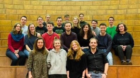 Foto des neuen Fakultätsrates der Fakultät Maschinenwesen. 20 Studierende stehen in den ersten Reihen eines großen Hörsaals.