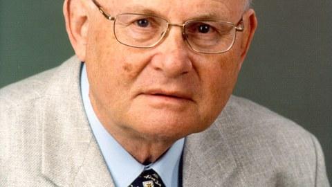 Farbiges Portraitfoto von Professor Franz Holzweißig.