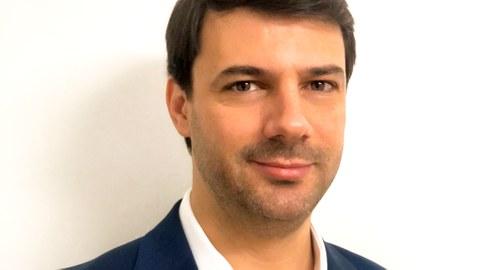 Das Portraitfoto zeigt Professor Bruno Henriques, Humboldt-Stipendiat an der Professur für Laserbasierte Methoden der großflächigen Oberflächenstrukturierung..