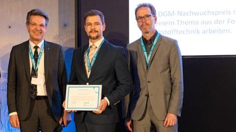 Das Foto zeigt Dr. Florian Rößler bei der Preisverleihung der Deutschen Gesellschaft für Materialkunde e.V.