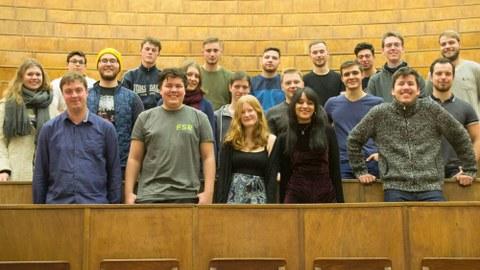 Das Foto zeigt den neuen Fachschaftsrat der Fakultät Maschinenwesen im Lichtenheldt-Hörsaal des Zeuner-Baus.