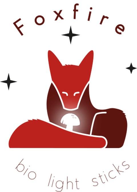 Das Logo von Foxlight zeigt einen Fuchs, der einen leuchtenden Pilz betrachtet. Über seinem Kopf steht Foxfire geschrieben und man sieht drei Sterne. Unter dem Fuchs steht bio light sticks.