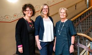 Das Foto zeigt das Team der Gleichstellungsarbeit der Fakultät Maschinenwesen der TU Dresden. Drei Frauen stehen nebeneinander in einem Treppenhaus.