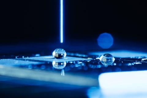 Das Foto zeigt die Nahaufnahme eines Wassertropfens.