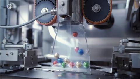 Das Foto zeigt einen Filmausschnitt aus einem Weihnachtsvideo über die Verpackungstechnik.