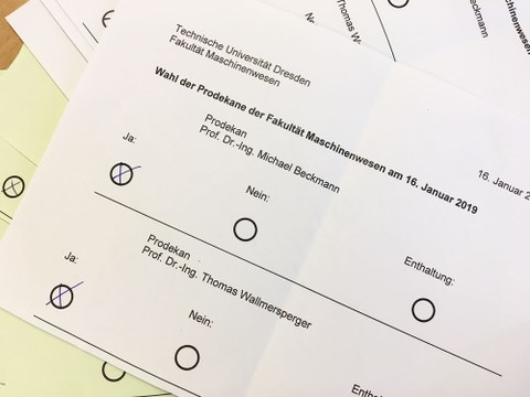 Das Foto zeigt einen Wahlzettel mit den Namen der beiden Prodekane.