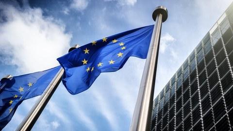 Auf dem Bil ist eine wehende Europaflagge zu sehen