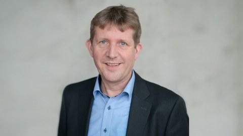 Das Portraitfoto zeigt Professor Markus Stommel, Inhaber der Professur für Polymerwerkstoffe.