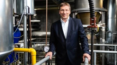 Das Foto zeigt Prof. Michael Beckmann im Zentrum für Energietechnik der TU Dresden.