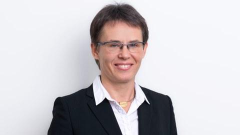 Das Portraitfoto zeigt Kerstin Eckert, Inhaberin der Professur für Transportprozesse an Grenzflächen.