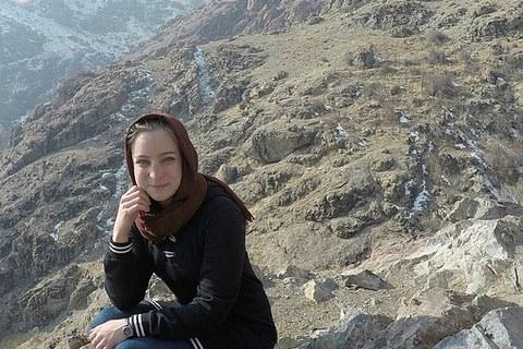 Das Foto zeigt die Studentin Nina Niese, die auf einem Berg hockt.