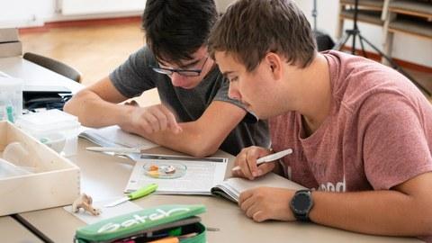 Auf dem Bild sind 2 Schüler zu sehen, die an der FungiScout- Schüler Summer School teilnehmen