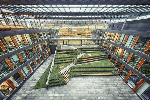 Große Glasflächen wie hier im Biologie-Bau ermöglichen lichtdurchflutete Gebäude, sind aber energetisch schwierig. Das Projekt »Camper- Move« erforscht hier beispielsweise, wie man den Bau sinnvoll vor zuviel Wärme schützen kann.