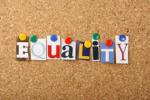 Auf dem Bild ist eine Pinnwand uns das Wort Equality