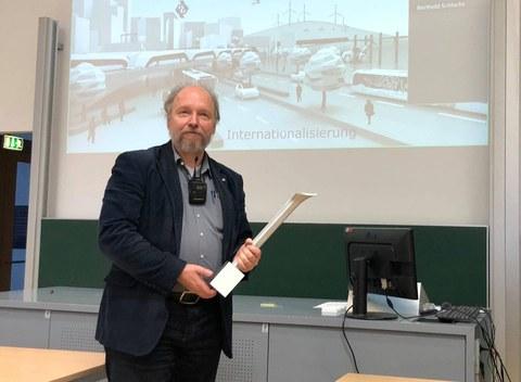 Auf dem Bild ist Professor Odenbach, Studiendekan Maschinenbau zu sehen. Er gewann den Lehrpreis 2020 und hält diesen in der Hand