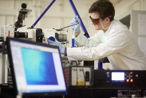 Auf dem Bild ist ein Wissenschaftler des HZDR bei einem Wasserstoffexperiment zu sehen
